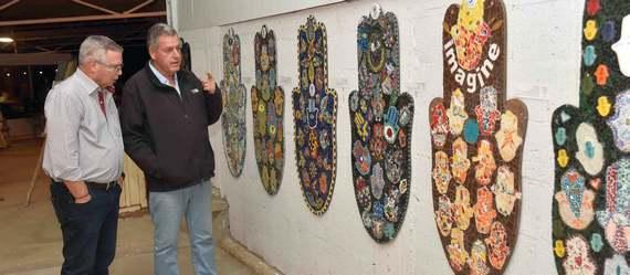 חמסות לשלום – במוזיאון העמק נפתחה תערוכת חמסות לשלום