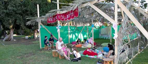 סוכות של שלום ואחווה – יישובי העמק ארחו את השכנים בסוכות היישוביות ובאירועים משותפים.