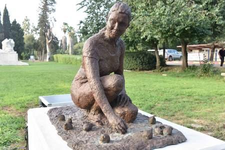 'ונוס אוספת בצל' - פסלו החדש של האמן אלי שמיר