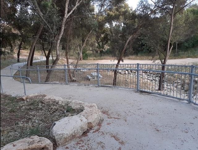 שביל בטון עובר לאורך הפארק