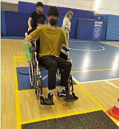 תלמיד עובר מסלול מכשולים על כיסא גלגלים