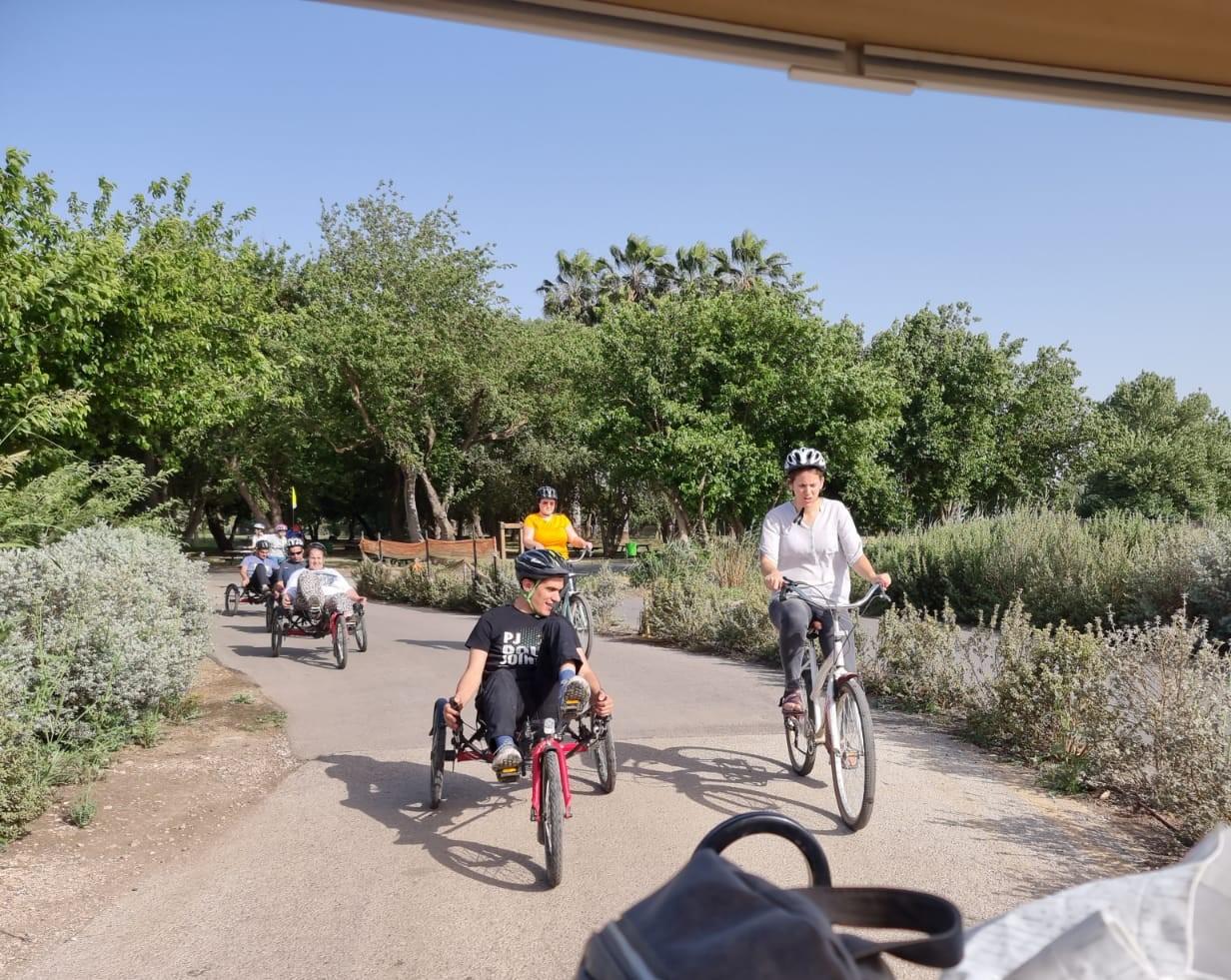 רוכבים על אופניים באגמון החולה