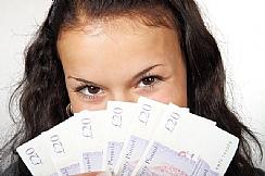 אישה מחזיקה שטרות כסף